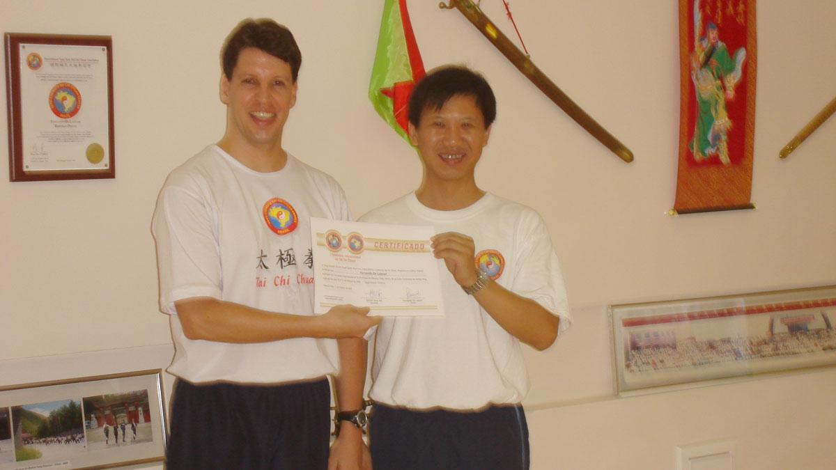 Mestre Yang Jun entregando o Certificado de Participação para o Prof. Fernando
