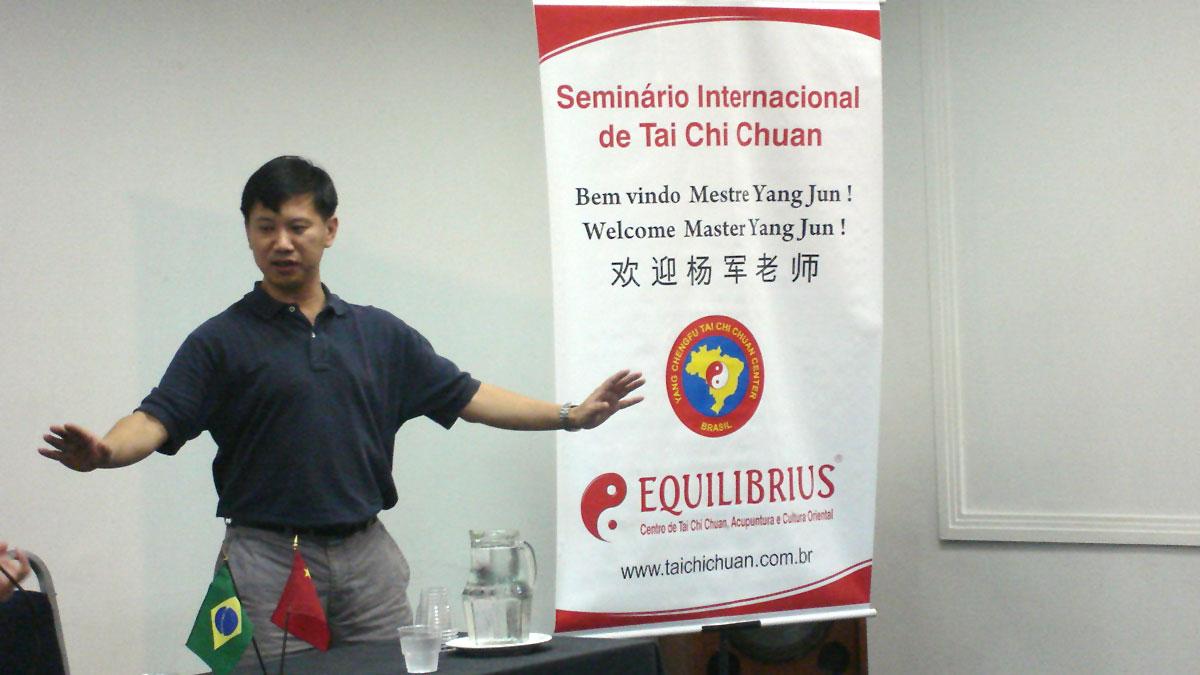 Mestre Yang Jun explicando alguns princípios do Tai Chi Chuan