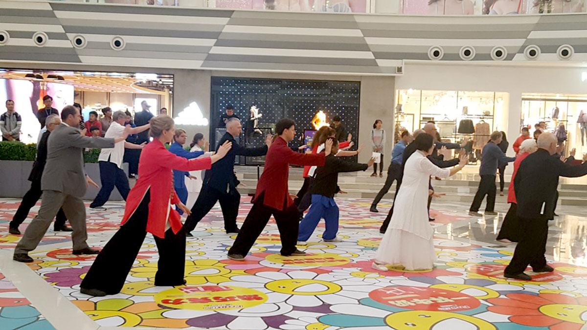 Apresentação de Tai Chi Chuan em um Shopping Center perto da nova Sede da Associação
