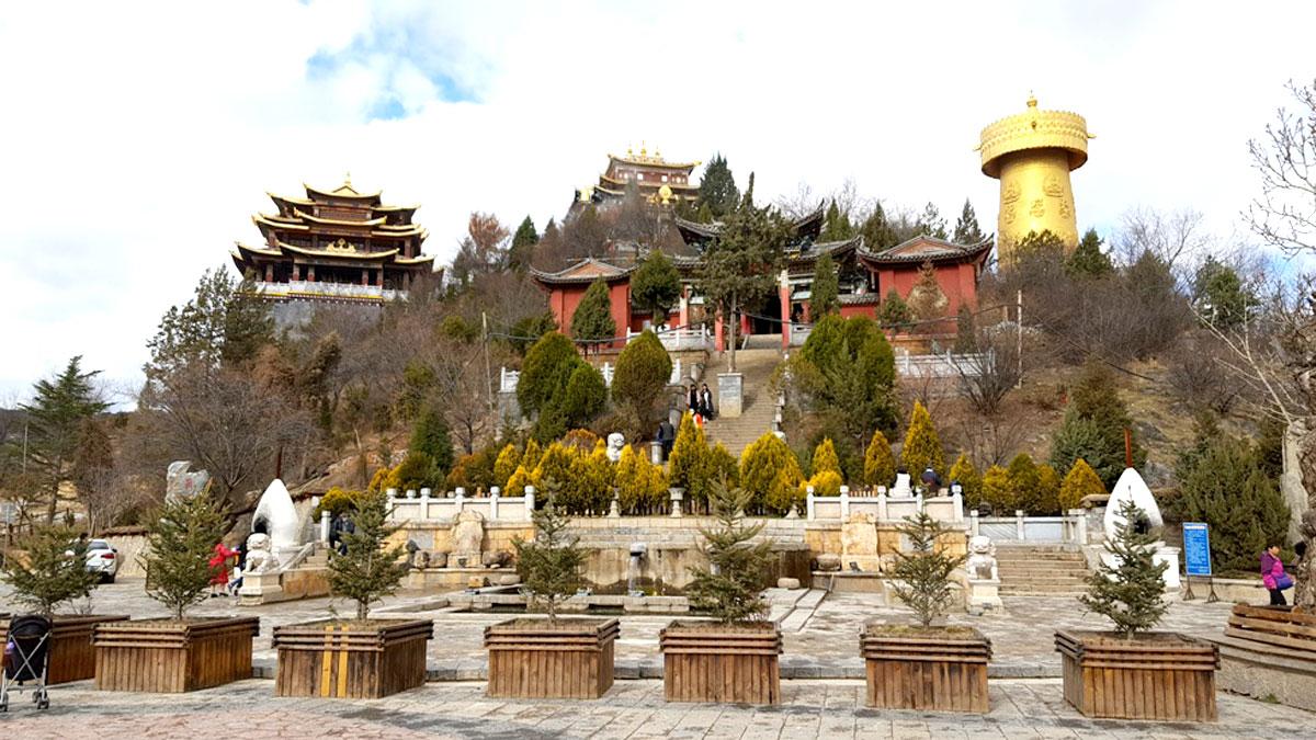 Templo Budista na cidade de Shangri-lá - grande influência do povo Tibetano