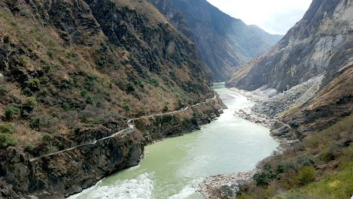 Visita ao Parque Nacional Tiger Leaping, localizado a 60 km da cidade de Lijiang, na Província de Yunnan