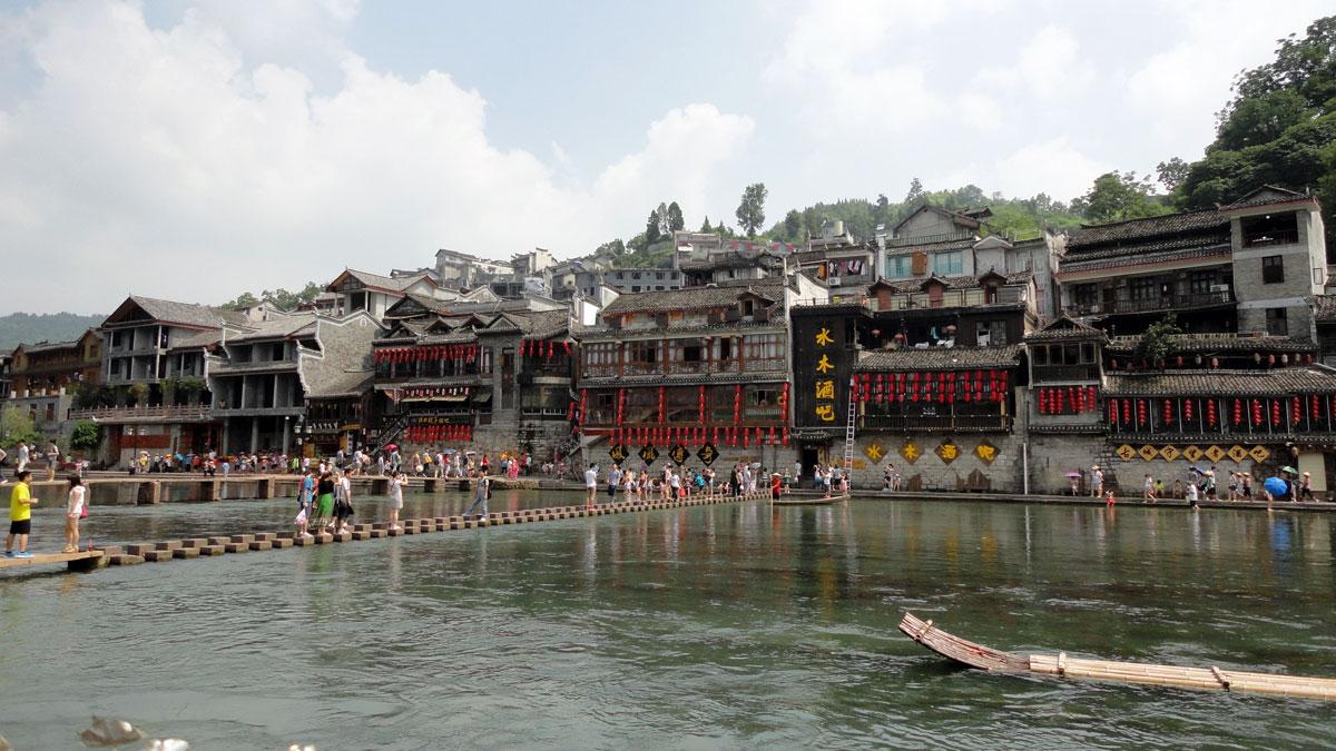 Andamos no rio com um barquinho tradicional na Cidade Fênix, na Província de Hunan