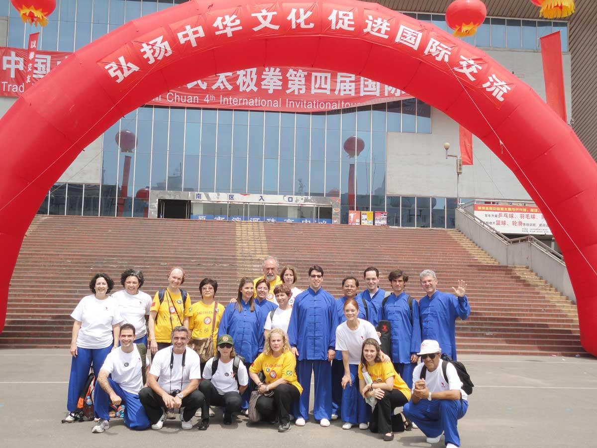 Grupo do EQUILIBRIUS em frente ao Ginásio onde aconteceu o 4º Torneio Internacional de Tai Chi Chuan da Família Yang - cidade de Taiyuan