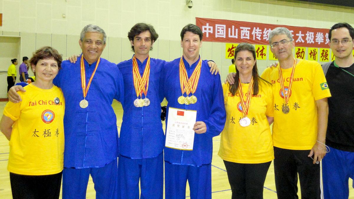 Alguns medalhistas do EQUILIBRIUS que participaram do 4º Torneio Internacional de Tai Chi Chuan da Família Yang
