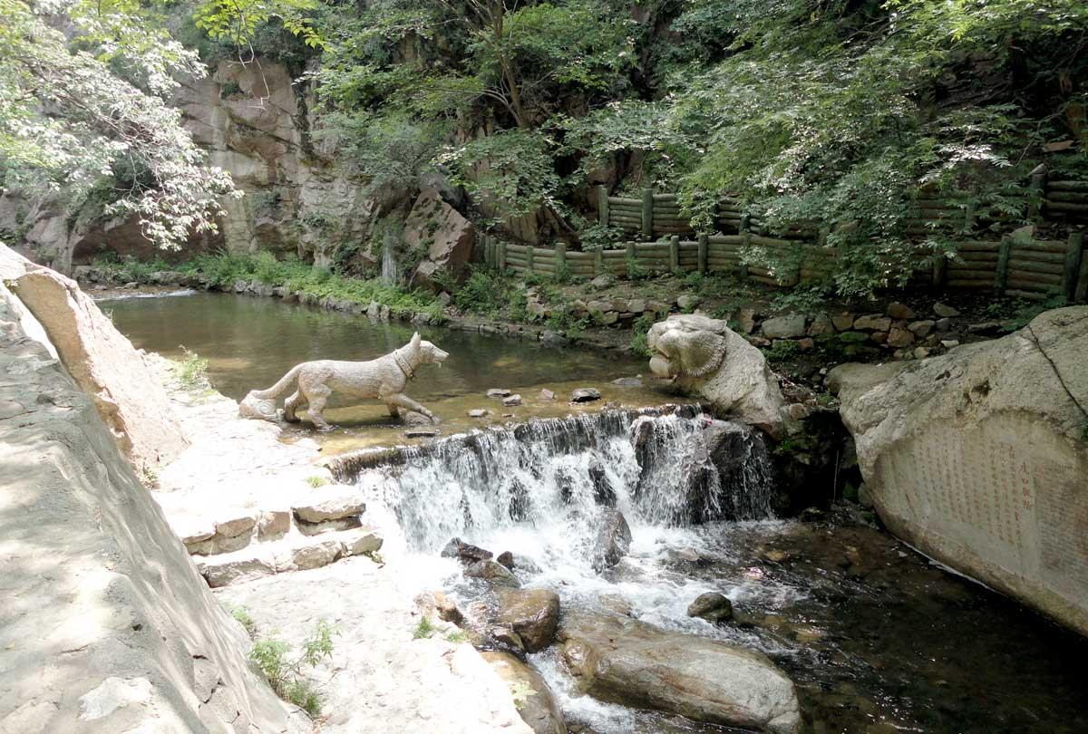 Estátuas de animais na trilha da Montanha Mianshan, na Província de Shanxi