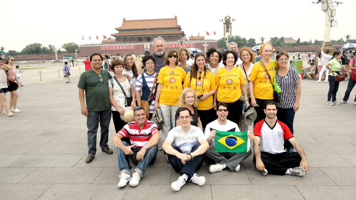 Grupo do EQUILIBRIUS na Praça da Paz Celestial, em frente a Cidade Proibida, em Beijing