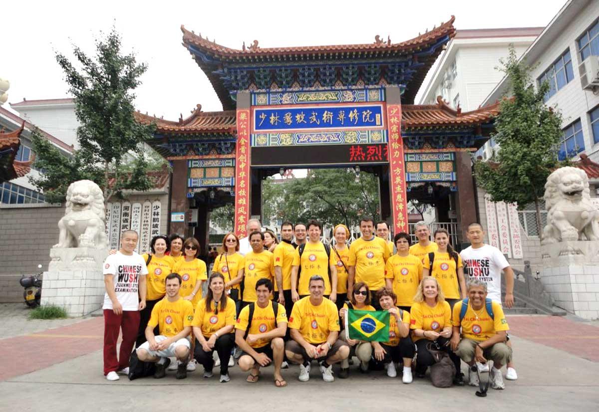 Grupo do EQUILIBRIUS em uma Escola tradicional de Kung Fu no vilarejo de Dengfeng (perto do Templo Shaolin), Província de Henan