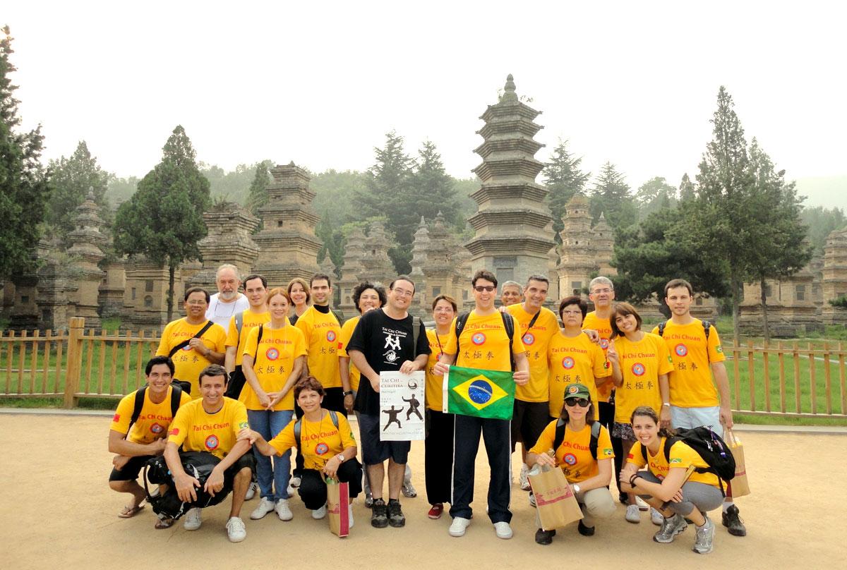 Grupo do EQUILIBRIUS na Floresta de Pagodes (Estupas) perto do Templo Shaolin