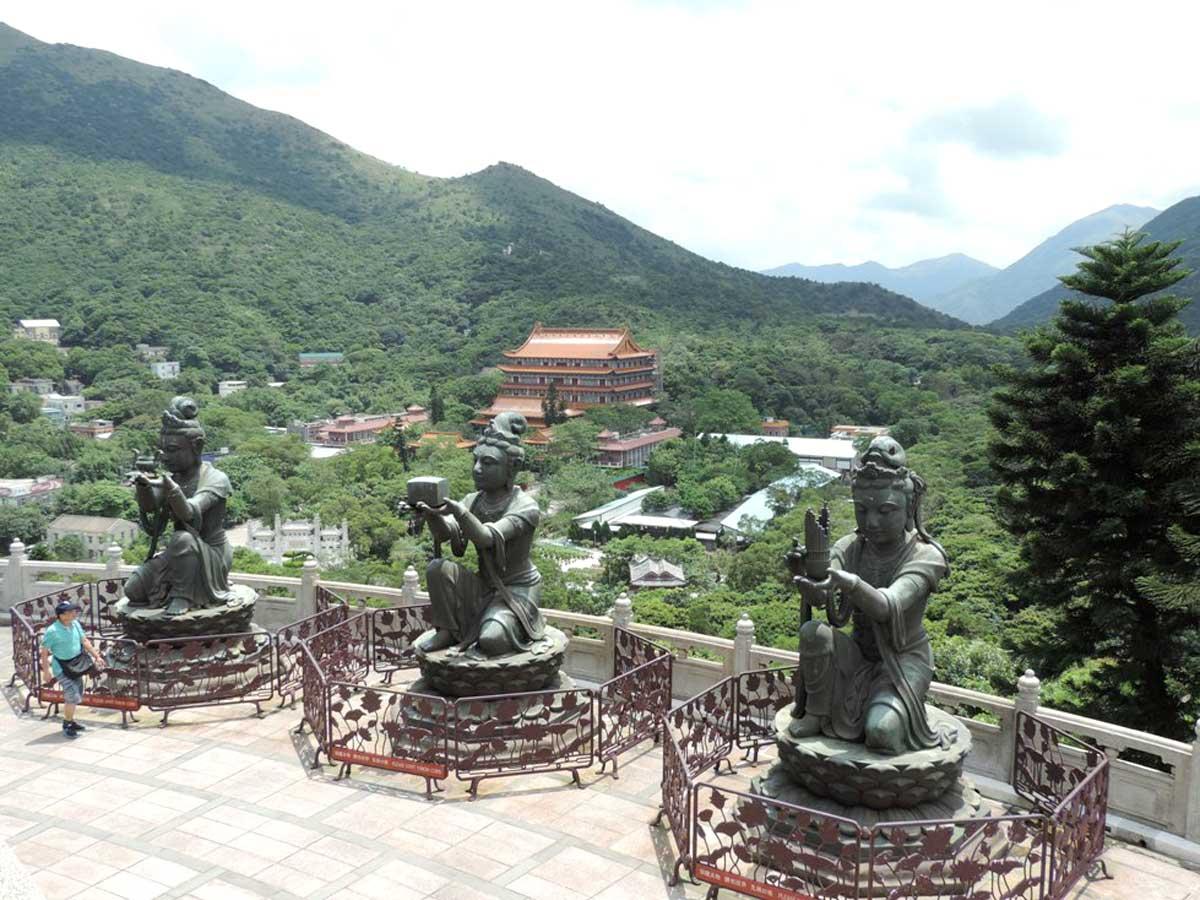 Estátuas ao redor do Buda de Lantau. Ao fundo o Monastério Budista de Po Lin