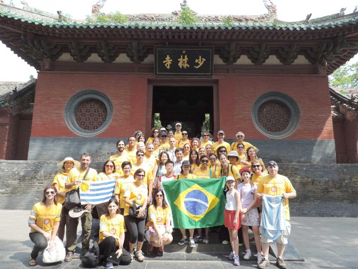 Nosso grupo na entrada do Templo Shaolin na região da cidade de Luoyang - Província de Henan