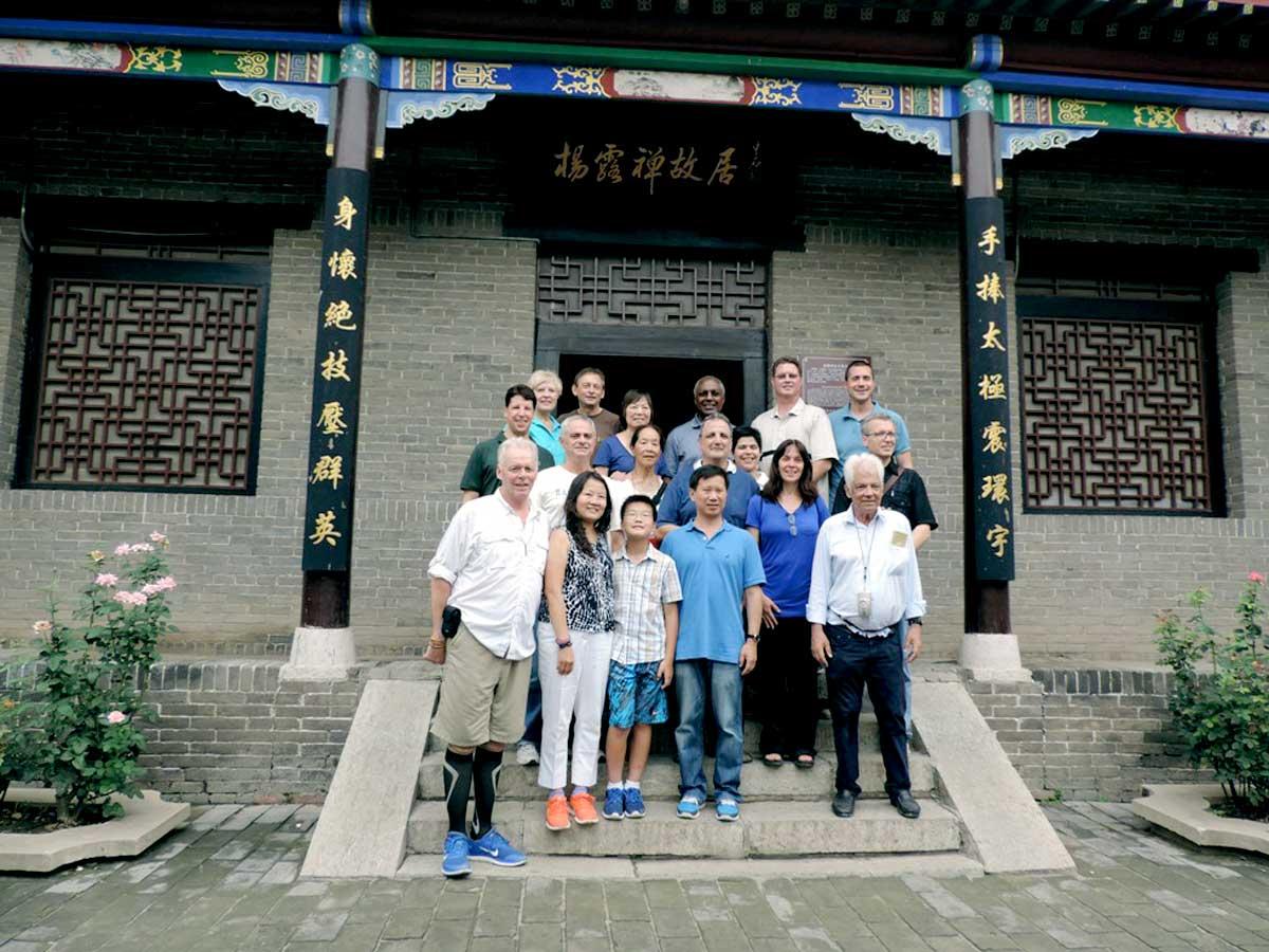Mestre Yang Jun e Mestra Fang Hong com alguns de seus Discípulos em frente a casa do Mestre Yang Luchan